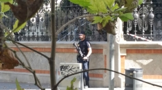 We saw armed policía several times during our stay.